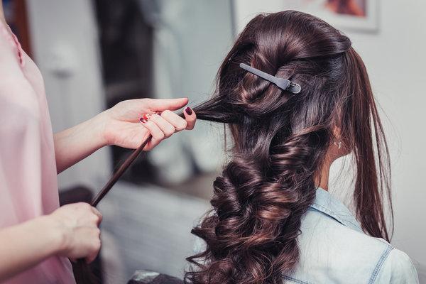 Šminka i frizura za svečanosti: kako uklopiti make-up i kosu