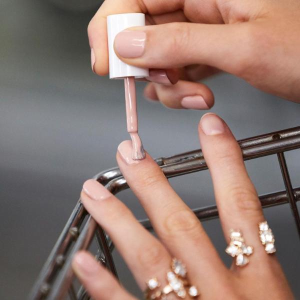 Otkrivamo trendy lakove za nokte koji se brzo suše